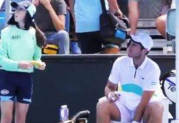 Tenista pede para pegadora de bolas descascar sua banana e leva bronca do juiz
