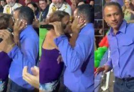 NOVO THÚLLIO MILIONÁRIO: Autor de 'Caneta Azul' é agarrado e beijado durante show – VEJA VÍDEO