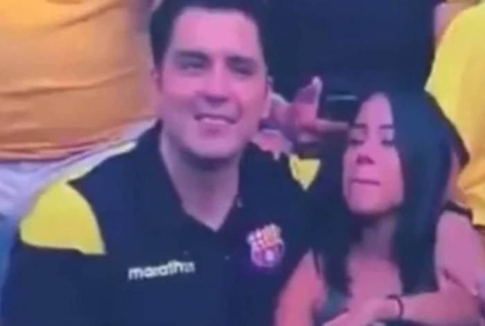 Torcedor fica constrangido ao ver que é filmado beijando possível amante em estádio