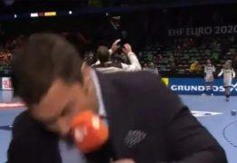 Repórter leva bolada durante cobertura de partida – VEJA VÍDEO