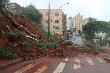 25jan2020 chuvas causaram danos na avenida dos andradas em belo horizonte mg neste sabado 25 1579969880518 v2 750x421 360x240 - Sobe para 35 número de mortos em Minas Gerais em razão das chuvas