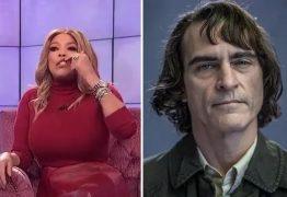 Apresentadora causa revolta por fazer piada com lábio leporino de Joaquin Phoenix – VEJA VÍDEO