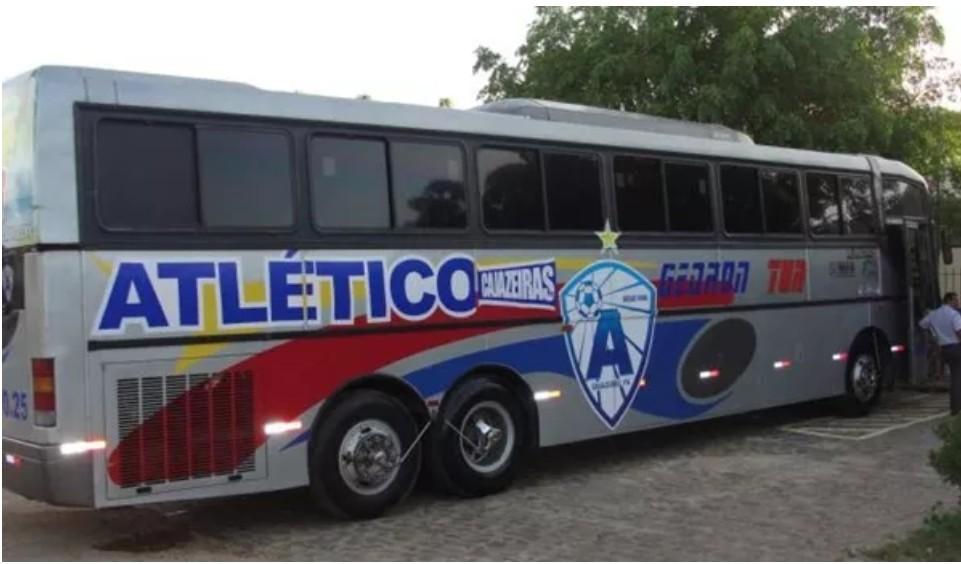 Capturar 53 - Ônibus do Atlético de Cajazeiras pega fogo na BR-230 a caminho de João Pessoa - VEJA VÍDEO