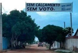 'SEM CALÇAMENTO, SEM VOTO': Moradores estendem faixa com exigências de obras
