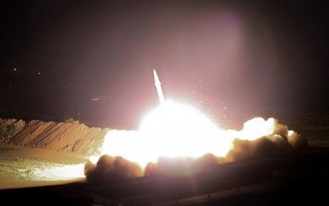 TENSÃO NO ORIENTE: Foguetes atingem base dos EUA no Iraque; TV estatal atribui autoria ao Irã – VEJA MOMENTO DO ATAQUE