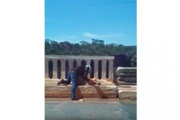 Em vídeo emocionando motociclista salva homem de suicídio: VEJA VÍDEO