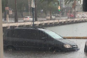 COM ÁGUA NA CANELA: Açude Velho transborda, chuva alaga ruas e água invade casas em Campina Grande – VEJA VÍDEO