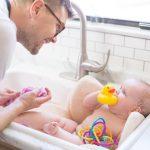 banho pais filhas 150x150 - Projeto que atribui cuidados íntimos das crianças apenas às mulheres gera polêmica