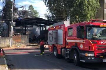 bombeiros 360x240 - Animais morrem após incêndio atingir galpão de reciclagem na Zona Sul de JP