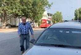 Cachorro é deixado dentro de carro e buzina para chamar o dono – VEJA VÍDEO