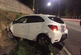 Carro invade casa no Colinas do Sul e condutor embriagado 'sobra' na curva na Torre