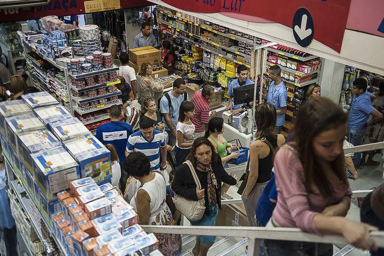 compras no comercio - Consumidor espera saldões para comprar com desconto produto mais caro