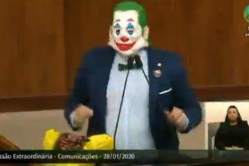 """Deputado ataca de """"Coringa"""" no plenário da Assembléia: ' vai ficar na história' – VEJA VÍDEO"""