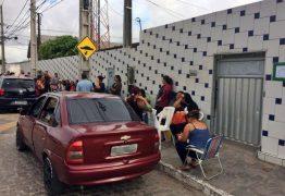Para garantir vaga de filhos, pais dormem em fila desde o réveillon, em João Pessoa