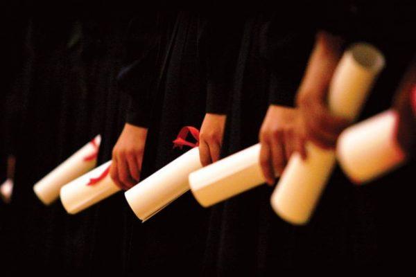formatura 600x400 - Dobra o número de pessoas com faculdade sem emprego ou em trabalho precário