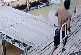 DEU SEU JEITO: Homem foge de hospital carregando parte da cama em que estava algemado – VEJA VÍDEO