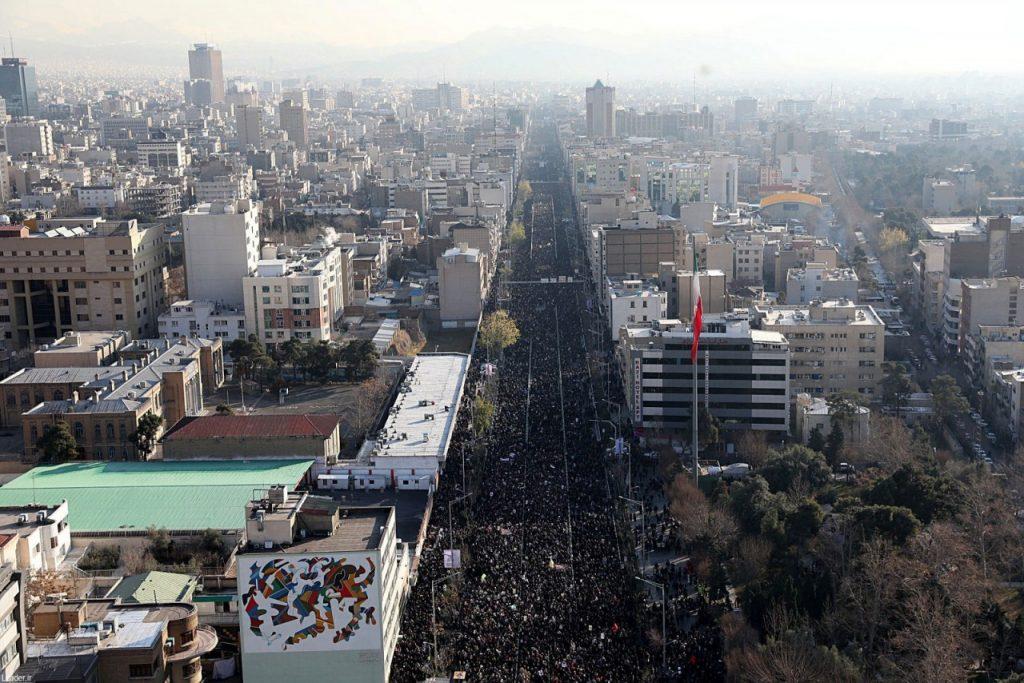 funeral2 1024x683 - Ali Khamenei lidera multidão em homenagem a general iraniano em Teerã, no Irã