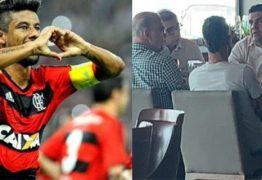 Ex-lateral do Flamengo é flagrado almoçando com dirigentes do Botafogo-PB