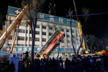 Cratera se abre no meio de via na China, engole ônibus e deixa mortos – VEJA VÍDEO