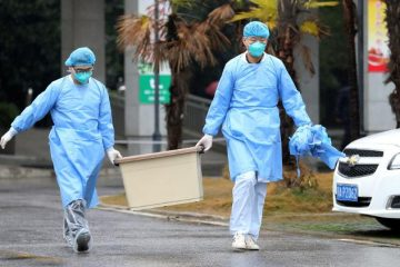 """pesquisadores carregam caixa no hospital jinyintan na china 1579657375162 v2 750x421 360x240 - OMS se corrige e eleva risco do coronavírus de """"moderado"""" para """"alto risco global"""""""