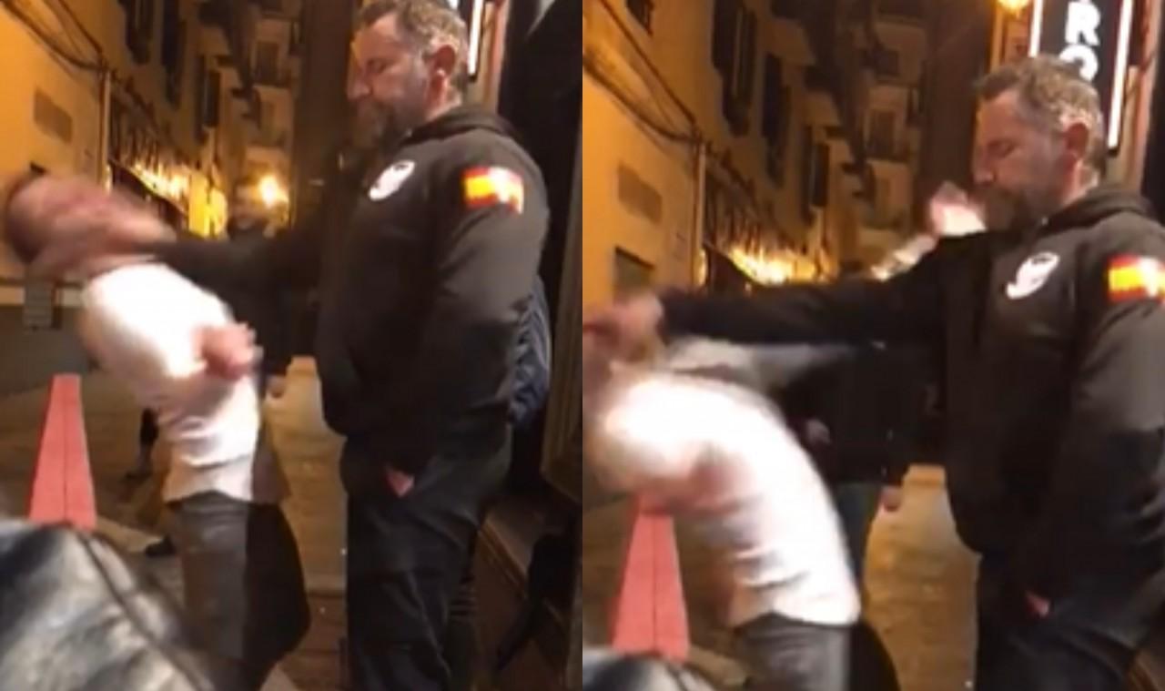 Jovem faz graça com policial espanhol, leva