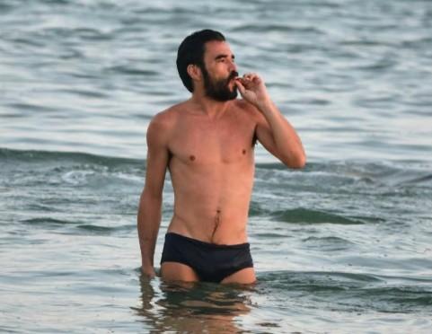 VOLUME GENEROSO: Caio Blat usa sunga 'reveladora' na praia e internet reage