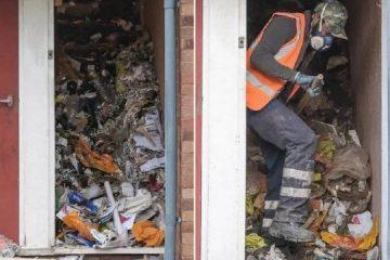 Acumulador é achado morto entre montanhas de lixo em casa