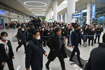 000 1p15pd 1 360x240 - Diretor de 'Parasita' é recebido como herói na Coreia do Sul