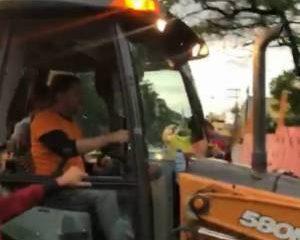 """1 cid gomes baleado sobral opovo 11802942 300x240 - """"Vocês têm cinco minutos para sair daqui em paz"""", diz Cid Gomes a manifestantes antes de ser baleado em Sobral - VEJA VÍDEO"""