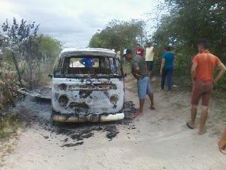 COMBI ESCOLAR - Transporte escolar pega fogo durante trajeto em São Vicente do Seridó - VEJA VÍDEO