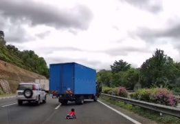 IMAGENS FORTES: Criança de 2 anos é jogada para fora do carro durante ultrapassagem – VEJA VÍDEO