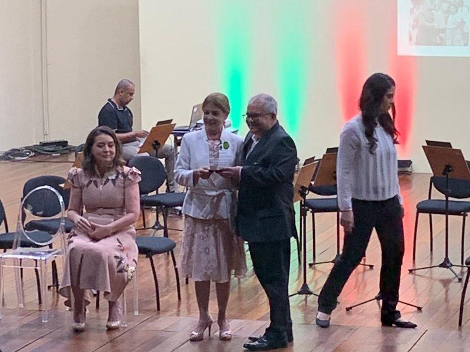 40 ANOS DO HULW: filho de Lauro Wanderley recebe homenagem da Reitora Margareth Formiga em nome de seu pai