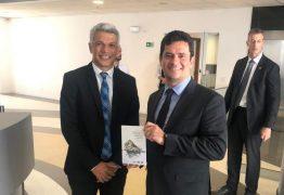PRESENTE: Sérgio Moro recebe livro de delegado que comandou Xeque-Mate e faz elogio