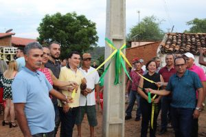 inaugura poste 1 300x200 - Prefeita de município do Piauí inaugura poste de energia e vira piada na web