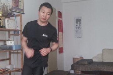 maratonista chinês 1 360x240 - QUE DISPOSIÇÃO! Maratonista chinês corre 50 km dentro de casa durante quarentena