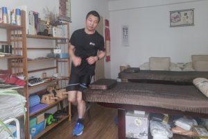 maratonista chinês 300x200 - QUE DISPOSIÇÃO! Maratonista chinês corre 50 km dentro de casa durante quarentena