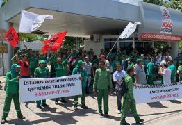 QUEREM RECONTRATAÇÃO: Agentes de limpeza urbana demitidos fazem protesto em frente à PMJP