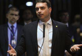 Flávio Bolsonaro critica postura de Dória durante conferência com presidente, 'precisa descer do palanque'