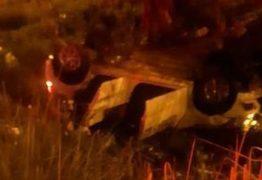Motorista perde controle e carro capota na BR-230 em João Pessoa