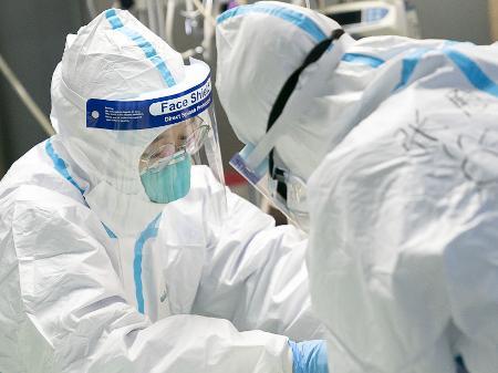 24jan2020 medicos atendem paciente infectado pelo coronavirus no hospital zhongnan em wuhan na china 1579873081507 v2 450x337 - Inscrições para seleção de profissionais que atuarão no enfrentamento da Covid-19 na Paraíba seguem até este domingo