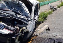 Carro cai de viaduto após bater em poste na BR-230, em João Pessoa