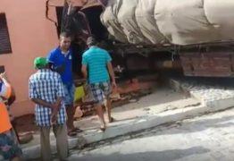 Caminhão desgovernado atinge carros e invade casa na Paraíba