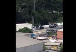 Imagens mostram policiais matando dois homens em um carro
