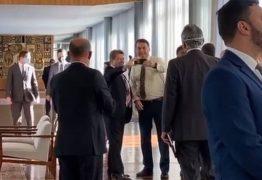 Bolsonaro desrespeita regras da quarentena em café da manhã com parlamentares