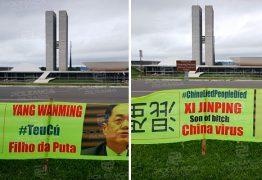 Placas atacando autoridades chinesas são expostas em frente ao Planalto