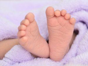 pes de um bebe foto hwongccshutterstock 000000000000DB53 300x224 - Polícia investiga morte de bebê com marcas de espancamento, em Campina Grande