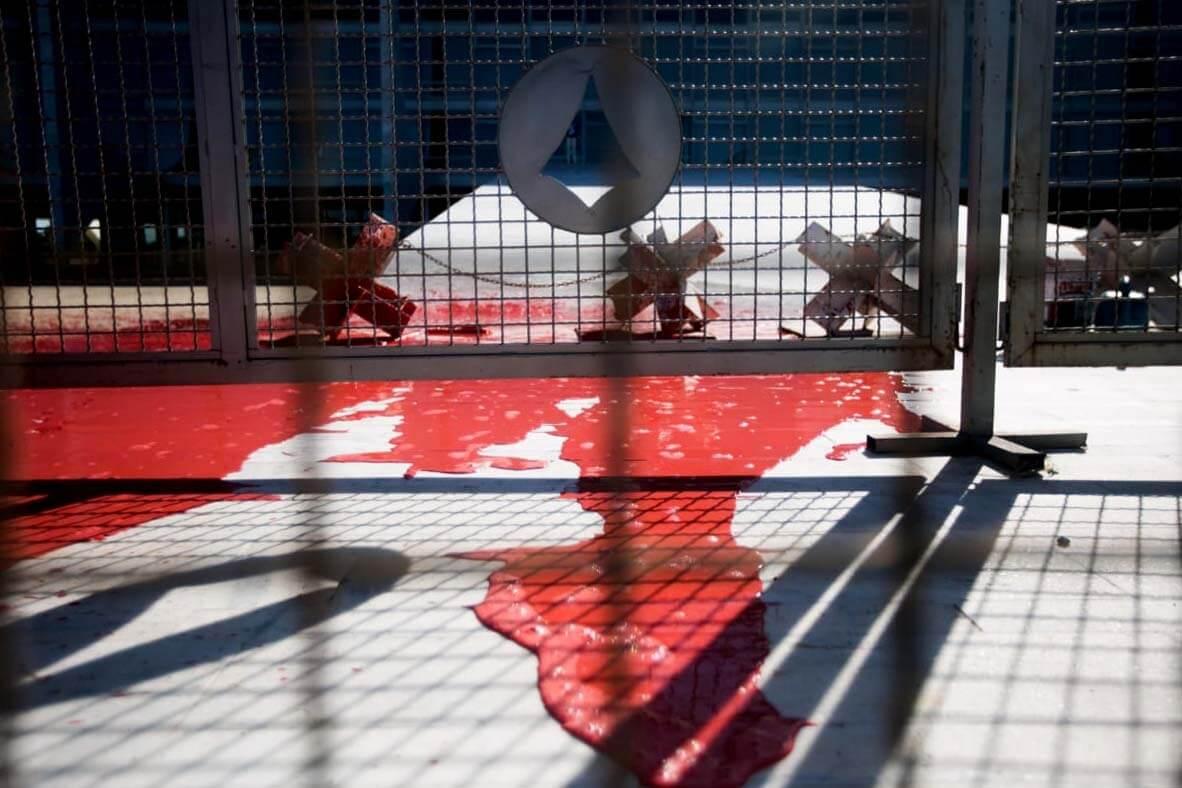 WhatsApp Image 2020 06 08 at 09.53.08 1 - Manifestante joga tinta vermelha em frente ao Palácio do Planalto