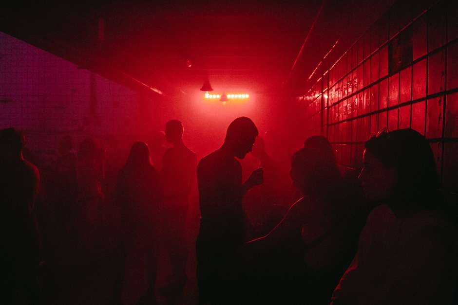 alexander popov r25q pauey8 unsplash 1 - FESTA DA COVID-19: Fiscalização flagra 'rave' com 700 pessoas sem máscara