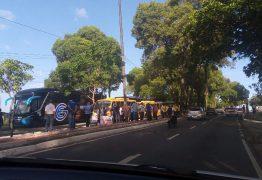 PARADOS HÁ 90 DIAS: Motoristas de transporte de turismo e alternativo protestam e pedem auxílio do governo