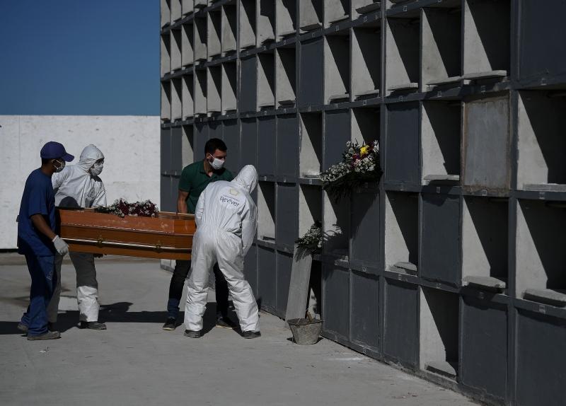 brasil  cemiterio  enterro  caixao coronavirus 9054944 - COVID-19: Brasil tem 553 novas mortes em 24h e totaliza 121.381 óbitos